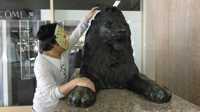 三越ライオンにもいい子いい子。